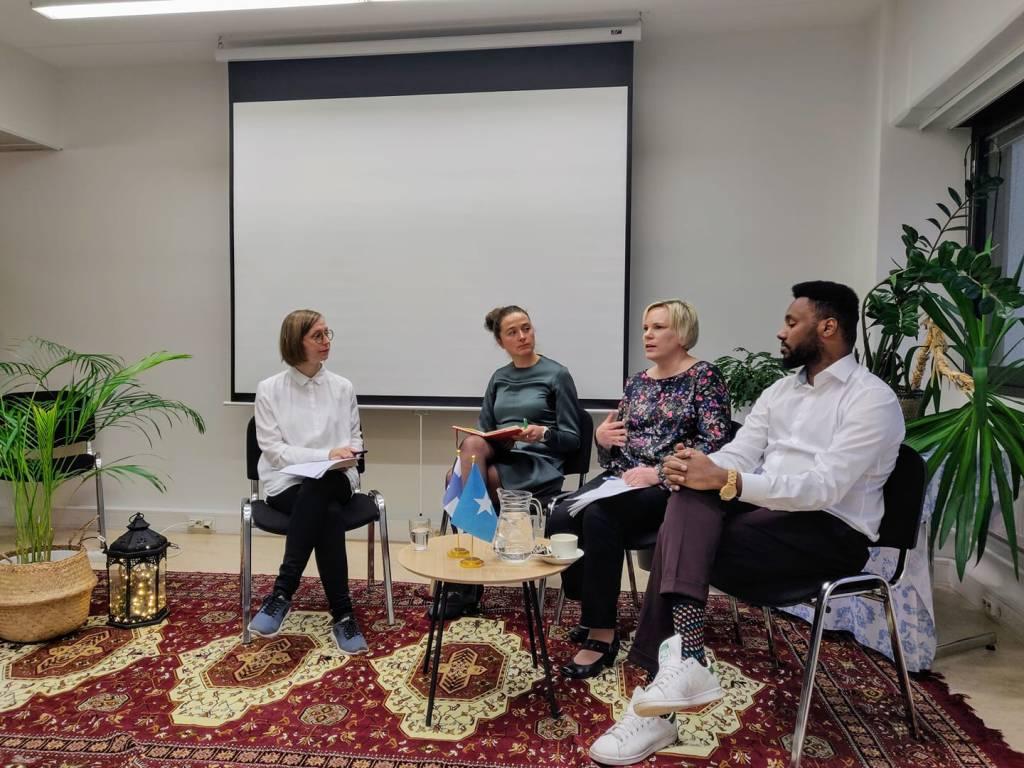 keskustelupaneelissa Suldaan Said, Tytti Steel, Eva Nilsson sekä Maaret pullianen istuvat lavalla